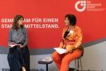 """Powerfrauen@Courtyard am 01.09.2021 Thema """"Wirkung von Wahrheit und Wahrnehmung?"""" Conny Gärtner im Interview mit Gabriele Braun (Foto: Nadine Tannreuther) #Personal"""